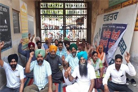panchayat committee members leave pen leave strike