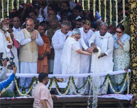 vajpayee daughter immerses his ashes in ganga river at har ki pauri in haridwar