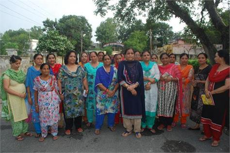 woman protest against drunkers n kathua