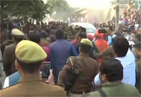 congress workers of sakshi maharaj swami prasad maurya regarding unnao case