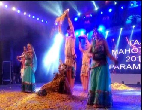 taj mahotsav glimpse of the indian tradition seen in the fashion show