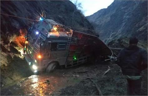 2 killed as landslide hits truck on thatri kilotran