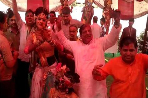 bhiwani people with flowers to save water holi with flowers