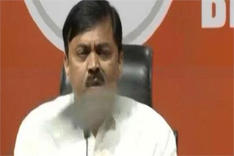 shoe thrown on bjp spokesman gvl narasimha