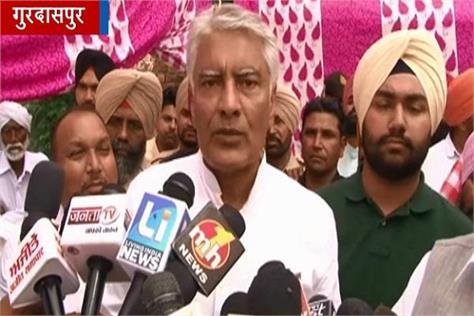 brar jakhar going to father slain party