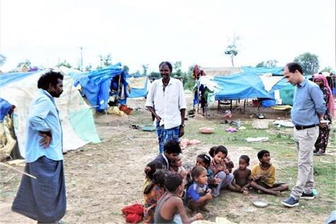 migrant live on side of ravine