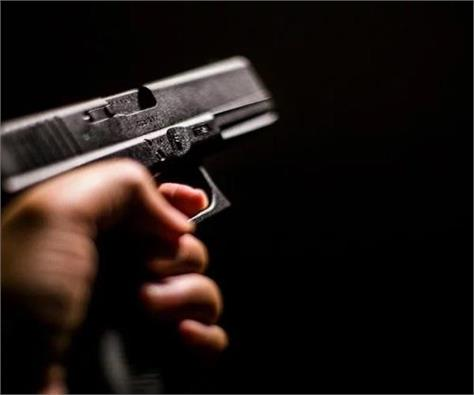 shopkeeper s partner shoots robbery and escapes in agra