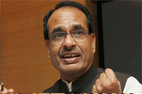 former cm shivraj sang hymns with people in the train