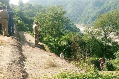 taxi driver dead body found near bathu bridge in kangra