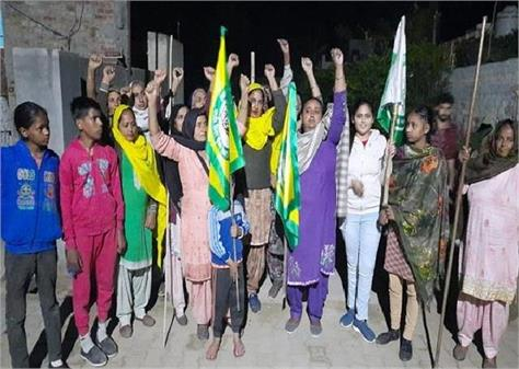 farmers are standing in delhi women are guarding fields and houses