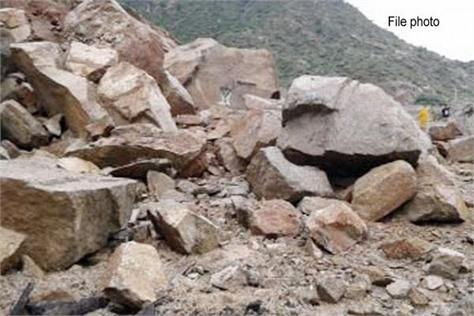 Chamba:चट्टान गिरने से 3 मजदूर दबे, एक की मौत: