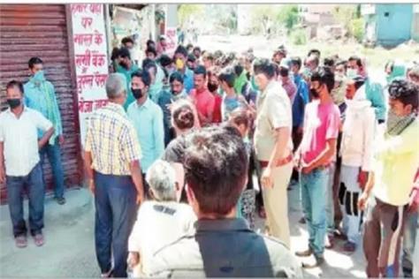 lockdown rules being violated needy crowd while distributing food