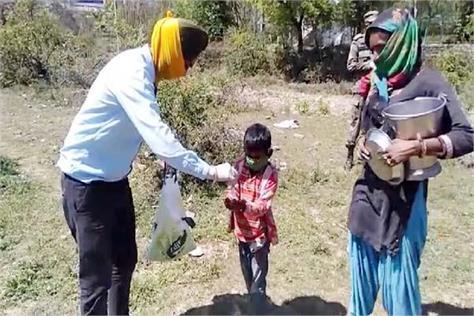 dashmesh roti bank distribute the ration mask and sanitizer