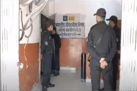 criminals high in up looted by lic cash van in broad daylight