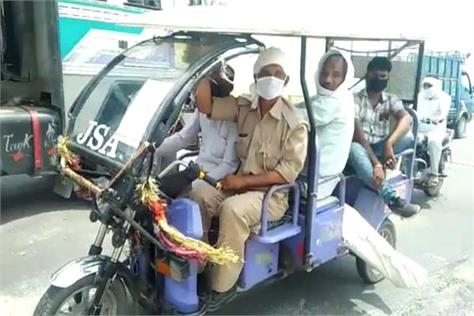 embarrassed police took the body of the woman in an e rickshaw up to 15 km