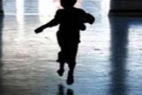 child playing outside the house disappeared
