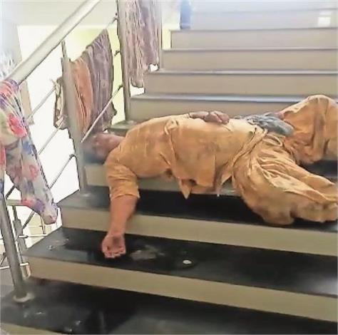 death of corona positive woman lying on the hospital stairs