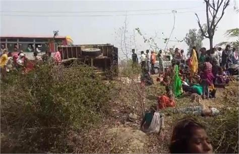 kanpur tractor trolley overturns   traumatic death of 3 including 2 children