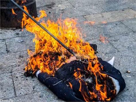 bjp burnt effigy of congress mlas in shilai