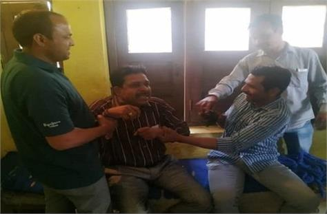 teacher caught with 5 thousand bribe in dewas