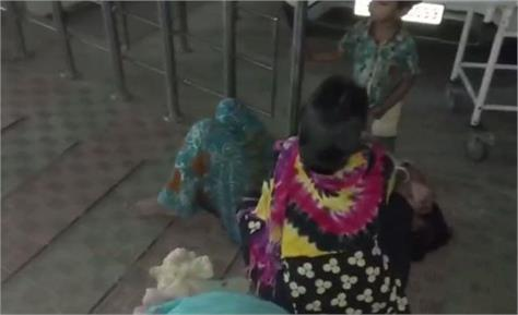 mother child gave birth to a child outside the center ward
