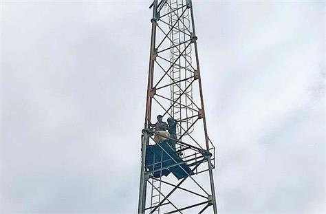 2 elderly people have climbed the tower for 40 hours