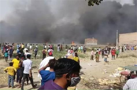 noida fierce fire in slums burnt dead bodies of two children