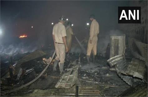 delhi fire breaks out in a slum near kalindi kunj metro station